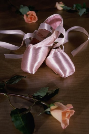 Stock Photo: 1042R-10976B Pair of ballet slippers and roses