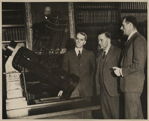 "(L to R): Walter S. Adams, James H. Jeans, & Edwin P. Hubble at a model of the 100"""" telescope in the Hale Library of the Mt. Wilson Observatory's Main Office Building : Stock Photo"