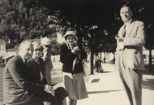 Robert Francis Gore-Browne, Agnes Margaret (Elieas) Gore-Browne, and Edwin Powell and Grace (Burke) Hubble outside in park setting : Stock Photo