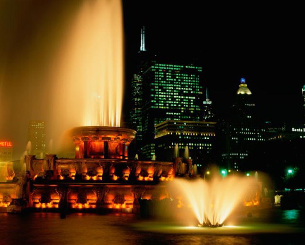 Stock Photo: 1096-2078 Buckingham Fountain lit up at night, Grant Park, Chicago, Illinois, USA