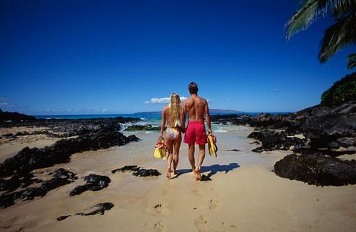 Couple walking on the beach, Makena, Maui, Hawaii, USA : Stock Photo