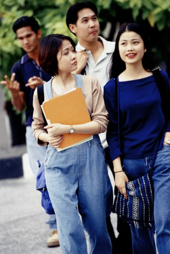 Stock Photo: 1188-1068 Group of teenagers walking holding books