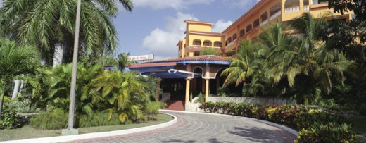 View of hotel driveway in Holguin, Cuba : Stock Photo