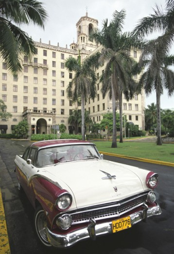 Stock Photo: 1241-1456A Vintage car in front of a hotel, Hotel Nacional, Havana, Cuba
