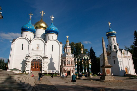 Stock Photo: 1246-1450 RUSSIA, Moscow, Sergiev-Posad (Zagorsk), Tróice-Sérgijewa  Láwra: from left - Mariae Ascension Cathedral, Chapel  of the Holy Well , Holy Well, Obelisk, Church of the Holy Spirit