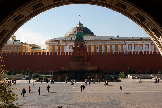 RUSSIA, Moscow, Red Square: Kremlin Wall and Lenin-Mausoleum, senate at rear : Stock Photo