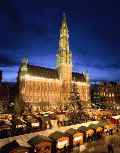 High angle view of market stalls in front of a government building lit up at night, Town Hall, Grand Place, Brussels, Belgium : Stock Photo