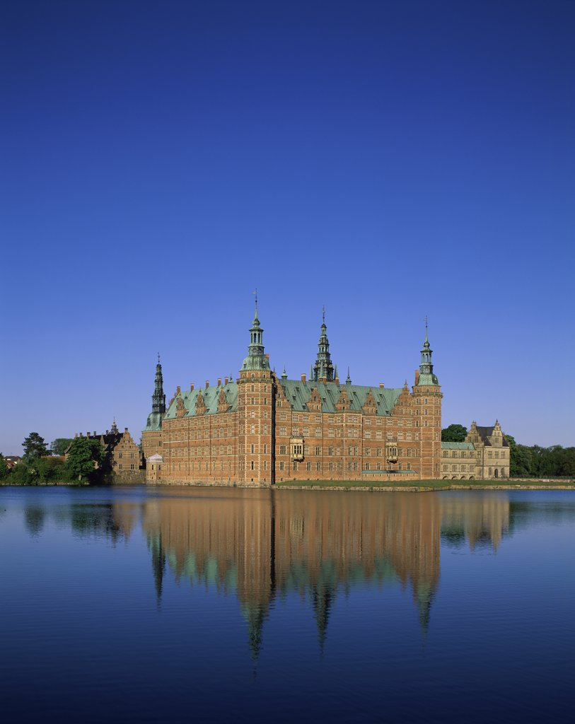 Stock Photo: 1288-1354 Reflection of a castle in a lake, Frederiksborg Castle, Hillerod, Denmark