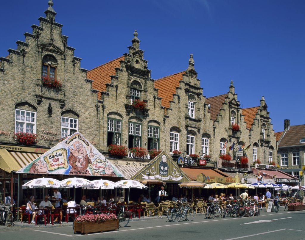 Stock Photo: 1288-1726 People sitting at an outdoor cafe, Veurne, Belgium