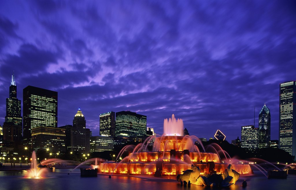 Stock Photo: 1288-793 Buckingham Fountain lit up at night, Grant Park, Chicago, Illinois, USA