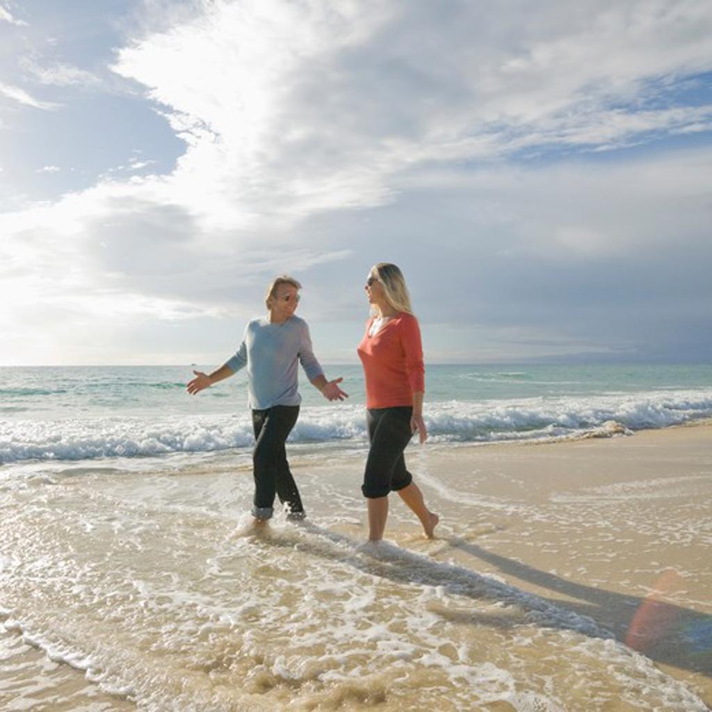 Stock Photo: 1315R-10443 Tunisia, Couple walking along beach