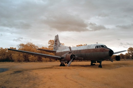 Abandoned rusting passenger plane in a field, USA : Stock Photo