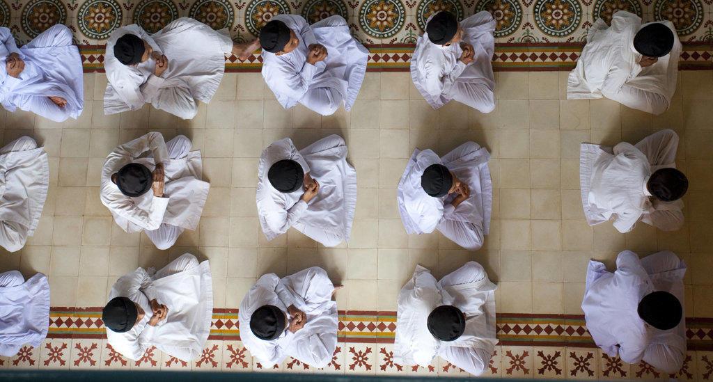 Cao Dai worshippers praying in a temple, Cao Dai Monastery, Tay Ninh, Vietnam : Stock Photo