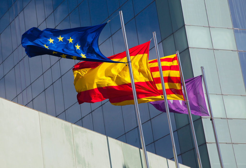 Stock Photo: 1323-1153 Spain, Barcelona, Flags in front of modern hotel