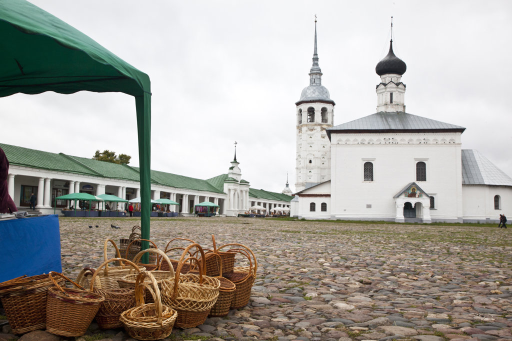 Trading square with church in the background, Torgovaya Ploshchad, Resurrection Church, Suzdal, Russia : Stock Photo