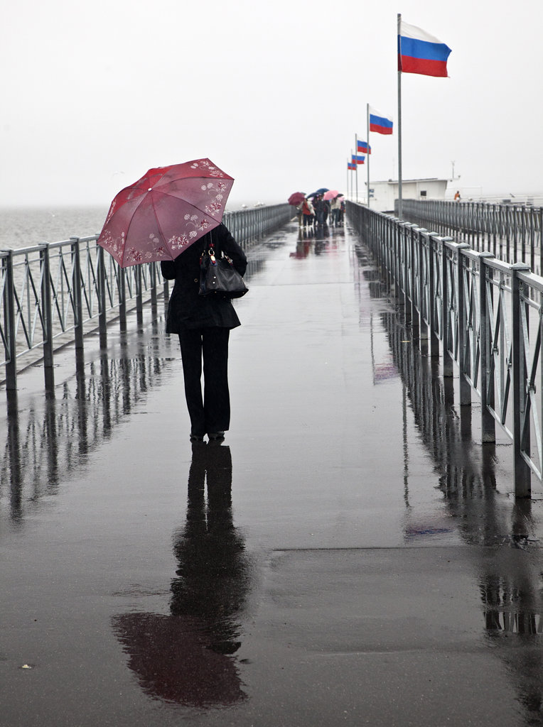 Stock Photo: 1323-1728 Women with an umbrella on the pier at Petrodvorets, St. Petersburg, Russia