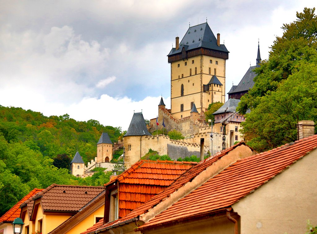 Stock Photo: 1323-2460 Czech Republic, town and Karlstein Castle