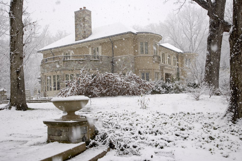 Mansion in winter snowstorm : Stock Photo