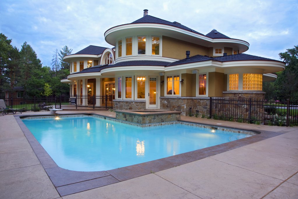 Contemporary home with a swimming pool at sunset : Stock Photo