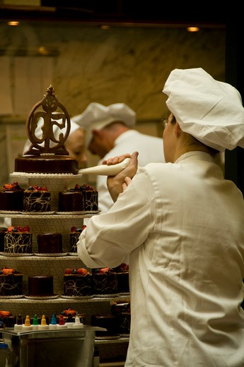 Stock Photo: 1336-1042 Chef icing a cake in the kitchen, Vienna, Austria