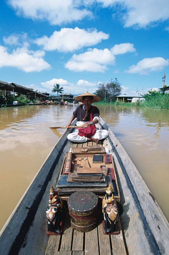Stock Photo: 1344-1290 Mid adult man rowing a boat, Inle Lake, Ywama Village, Myanmar