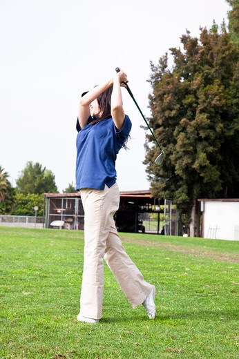 Woman holding the golf swing and swinging : Stock Photo