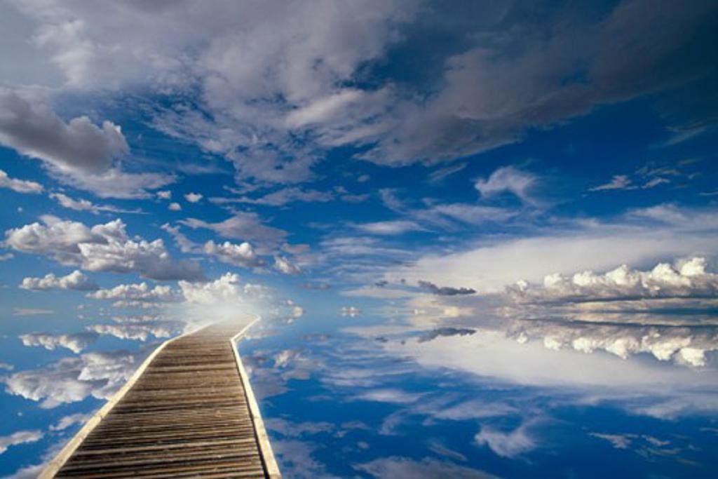 Stock Photo: 1400-487 Walkway leading towards the sky