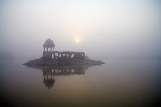 India, Rajasthan, Jaisalmer, Gadisar Temple at Gadisar Lake in fog : Stock Photo
