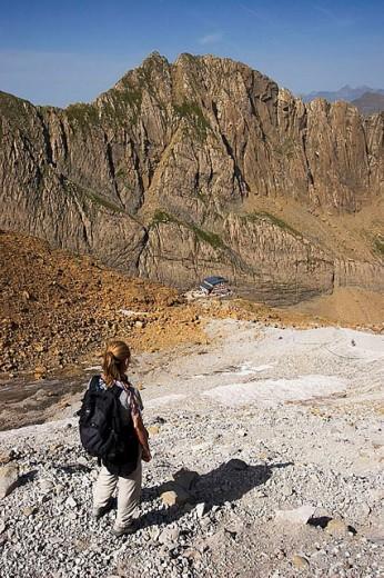 Stock Photo: 1436R-255997 Woman descending to Serradets refuge. Parc National des Pyrénées. Francia
