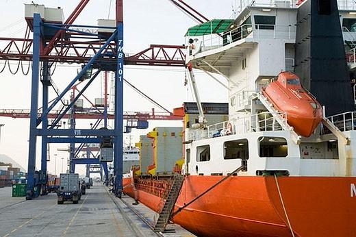 Loading cargo containers in ship, Port of Bilbao, Santurtzi. Biscay, Euskadi, Spain : Stock Photo