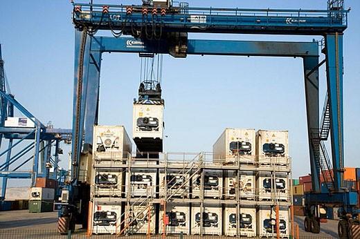 Loading reefers, Port of Bilbao, Santurtzi. Biscay, Euskadi, Spains : Stock Photo