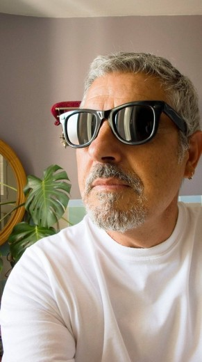 Stock Photo: 1436R-292230 Man with sunglasses