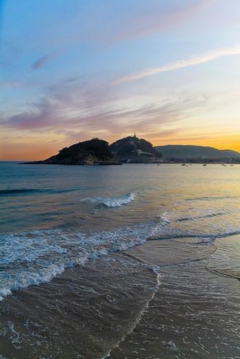 Stock Photo: 1436R-303516 Sunrise with the island of Santa Clara and Mount Urgull  View from the beach Ondarreta  San Sebastián, Guipúzcoa, Basque Country, Spain