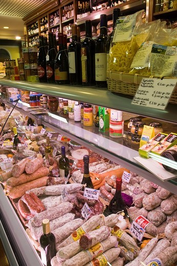 Sausages and wine bottles displayed in a counter at San Lorenzo market in Florence, Italy : Stock Photo