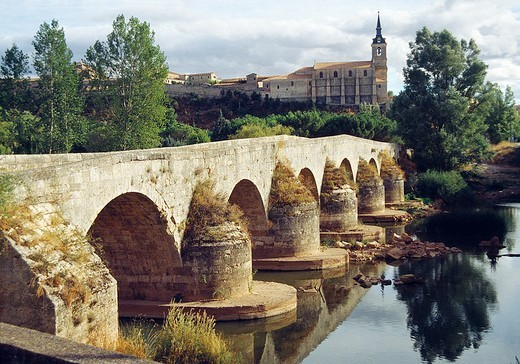 Medieval bridge and river Arlanzon  Lerma, Burgos province, Castilla León, Spain : Stock Photo