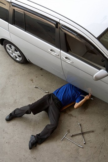 Gas station clerk maintaining car : Stock Photo
