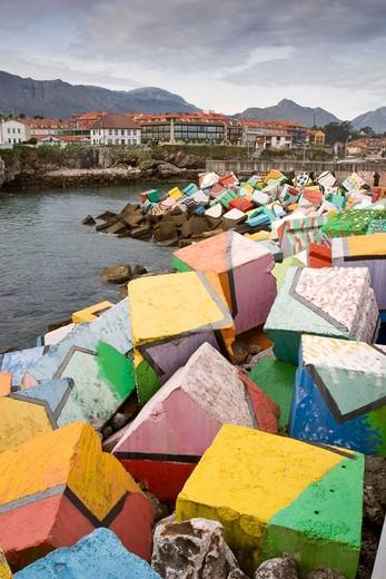 Vista de Llanes con la obra ´Cubos de la Memoria´ del artista Agustín Ibarrola en primer plano, Llanes, Asturias, España : Stock Photo