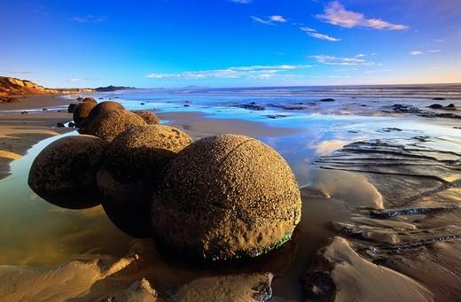 Stock Photo: 1436R-353446 Moeraki Boulders. Otago. New Zealand