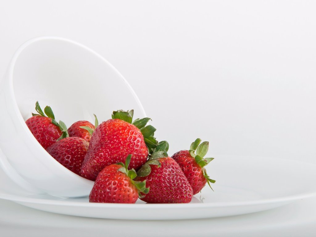 Stock Photo: 1436R-436459 Still life photograph of a bowl full of strawberry´s with white background