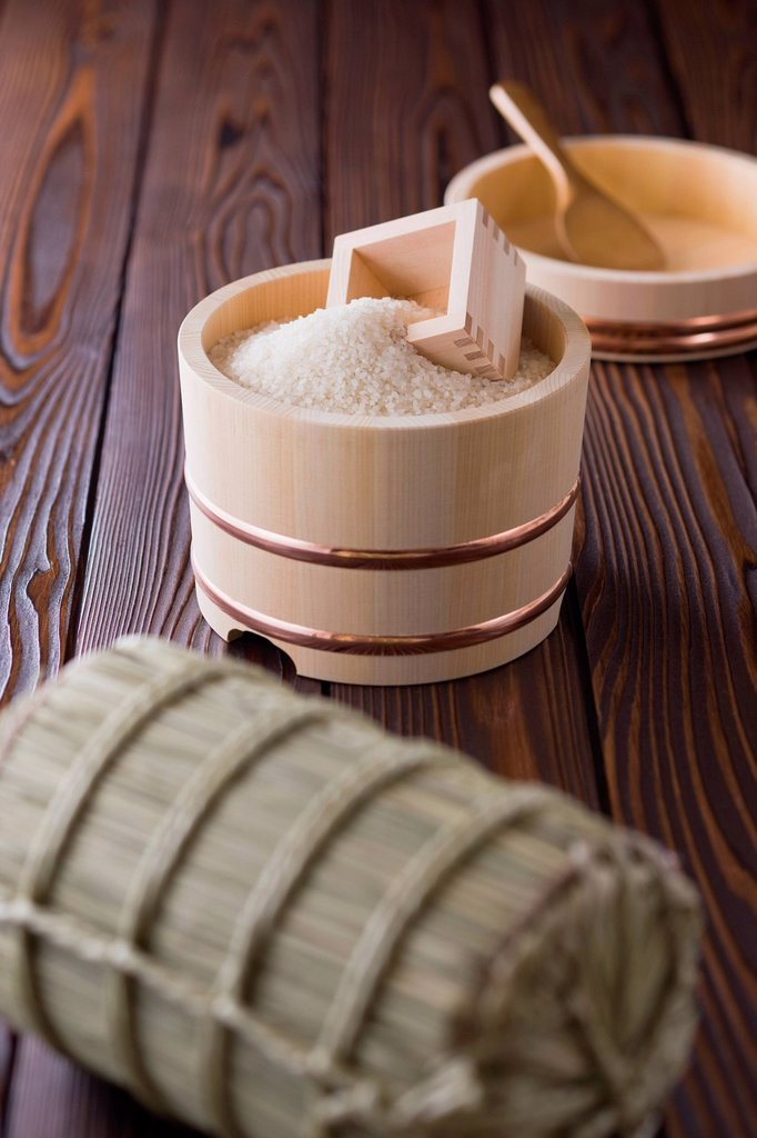Stock Photo: 1436R-441618 Rice and Measuring Cup in Wooden Tub