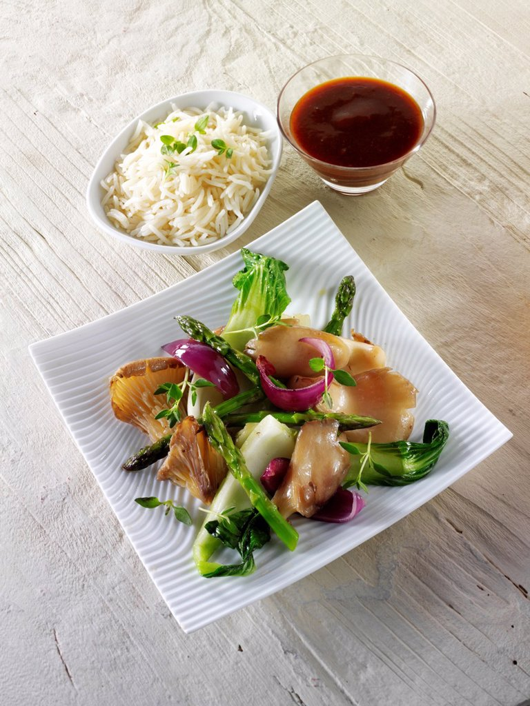 Oriental vegetarian stir fry of vegetables,, pak choi, asparagus & hoisin sauce. : Stock Photo