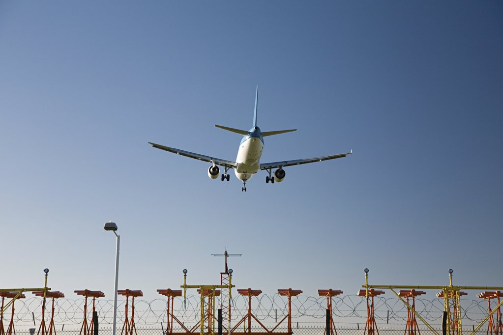 Aeroplane coming in to land : Stock Photo