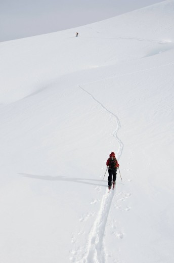 Skiers ascending selkirk mountains : Stock Photo