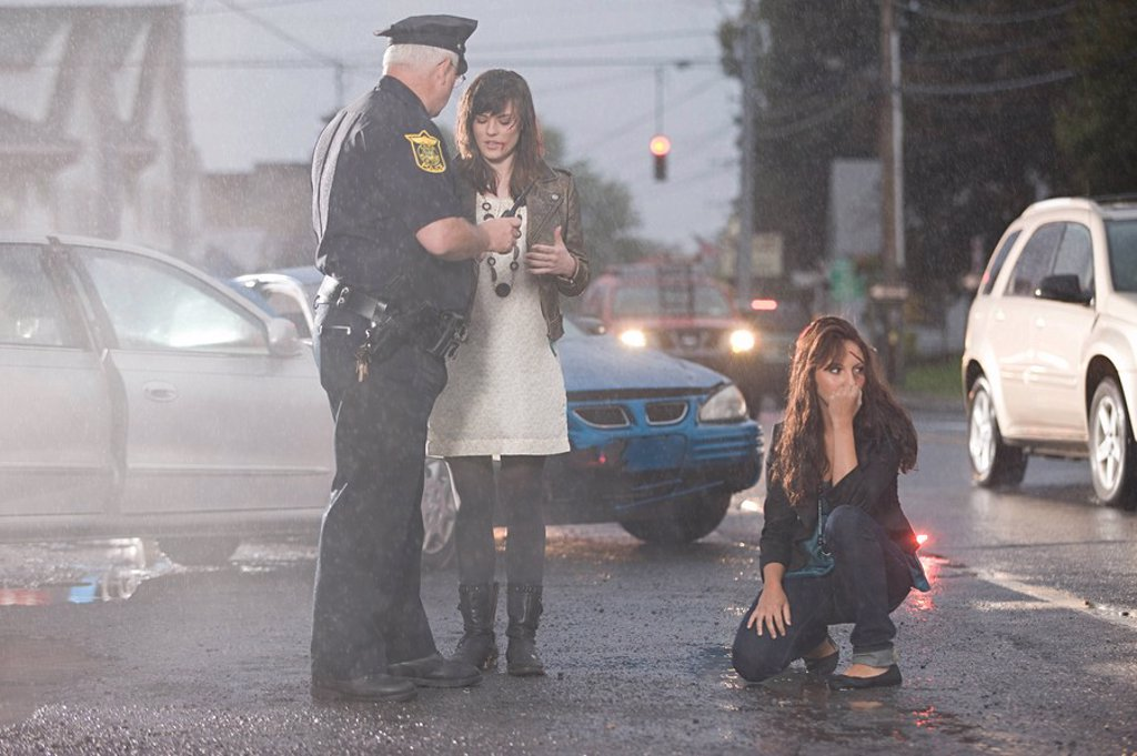 Police officer and young women at scene of accident : Stock Photo