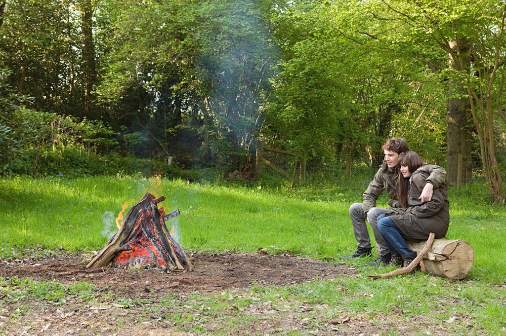 Stock Photo: 1439R-1126528 Young couple by campfire