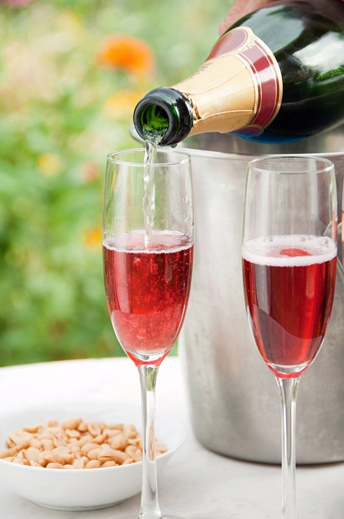 Kir royale champagne cocktail : Stock Photo