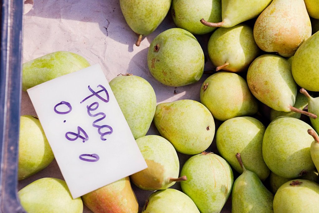 Stock Photo: 1439R-1137510 Pears on fruit stall
