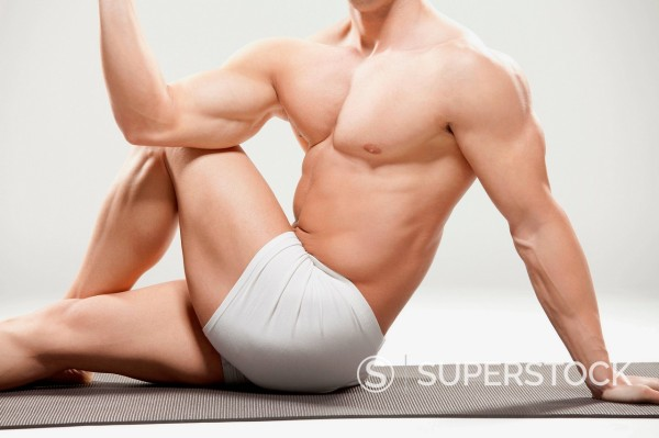 Bodybuilder stretching : Stock Photo