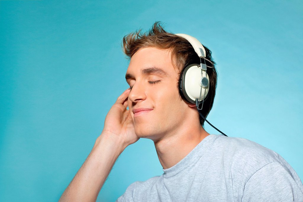 Stock Photo: 1439R-1149108 Man wearing headphones