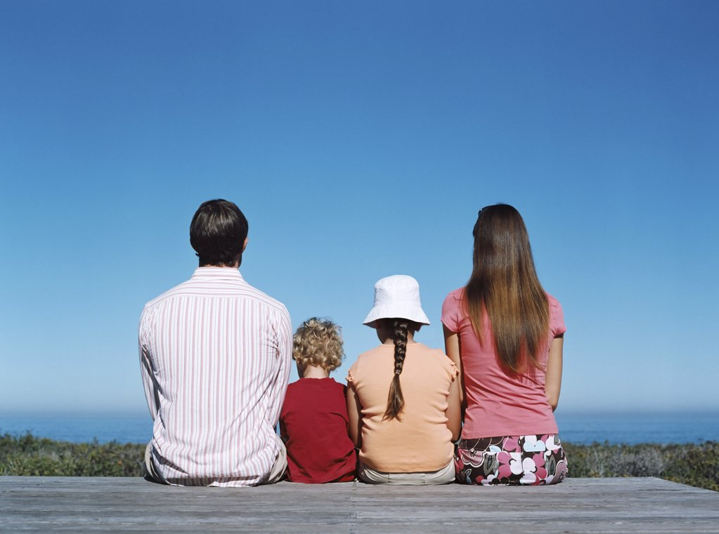 Stock Photo: 1439R-679054 Family looking out to sea